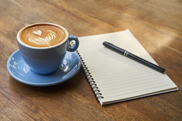 káva na stole