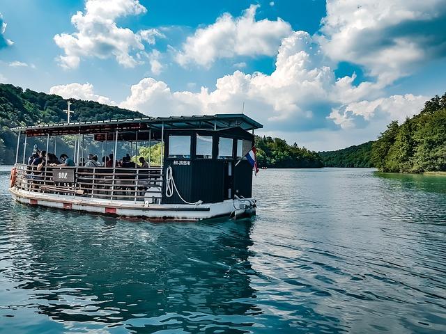 loď na jezeře