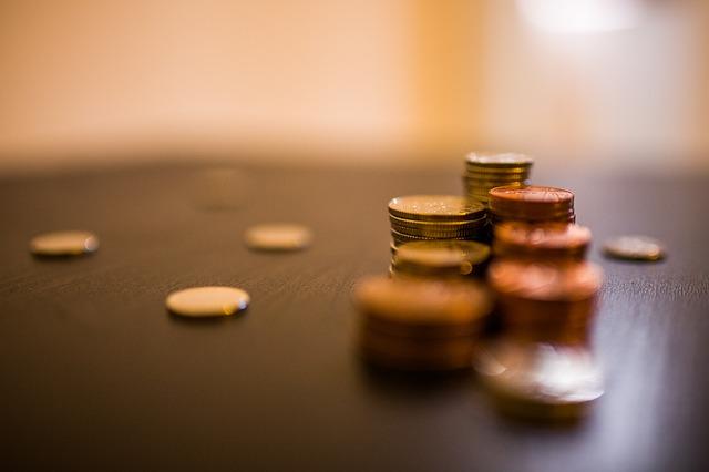 hromádky peněz