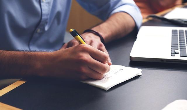 sepisování nápadů na papír