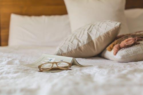 postel brýl